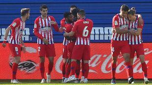 Los jugadores del Atlético celebran el gol de Lemar en Ipurua.