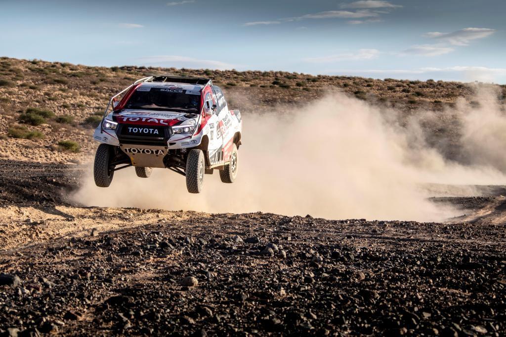 GRAF1214. MADRID, 27/03/2019.- Fotografía facilitada por Toyota Gazoo. El español Fernando <HIT>Alonso</HIT>, doble campeón del mundo de Fórmula Uno y líder del Mundial de Resistencia (WEC), se declaró satisfecho después de probar en Sudáfrica el Toyota Hilux, con el que el saudí Nasser Al-Attiyah ganó el último <HIT>Dakar</HIT>. EFE/Toyota *SOLO USO EDITORIAL / NO VENTAS*