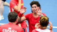 Carla Suárez celebra la victoria con su equipo.