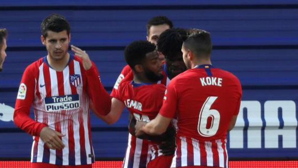 Los jugadores del Atlético celebran el gol de Lemar.