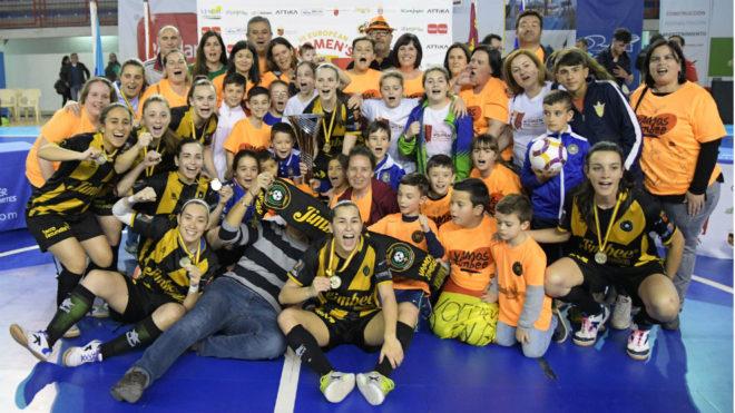 Las jugadoras y los aficionados del Jimbee Roldán celebran su título...
