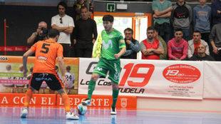 Daniel controla el balón ante Lemine.