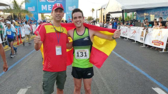 Diego García Carrera, junto a su entrenador, José Antonio Quintana