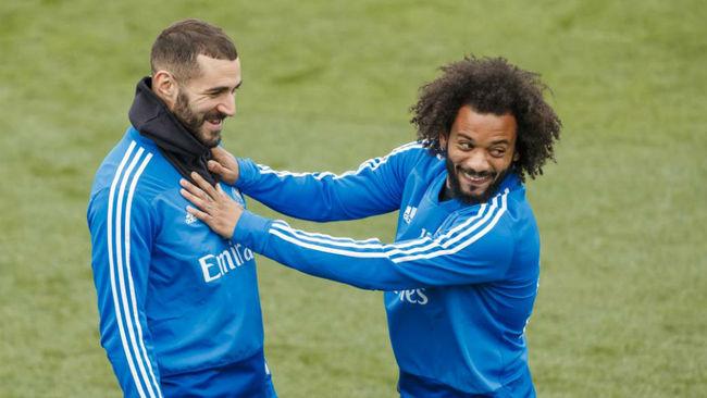 Benzema y Marcelo bromean en un entrenamiento del Real Madrid.
