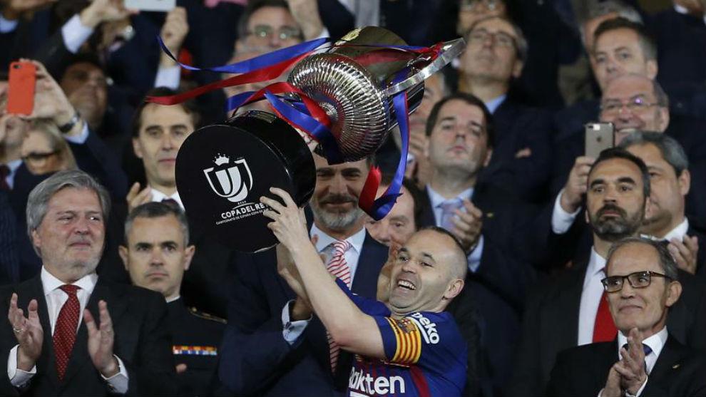 Andrés Iniesta levanta el título de Copa.