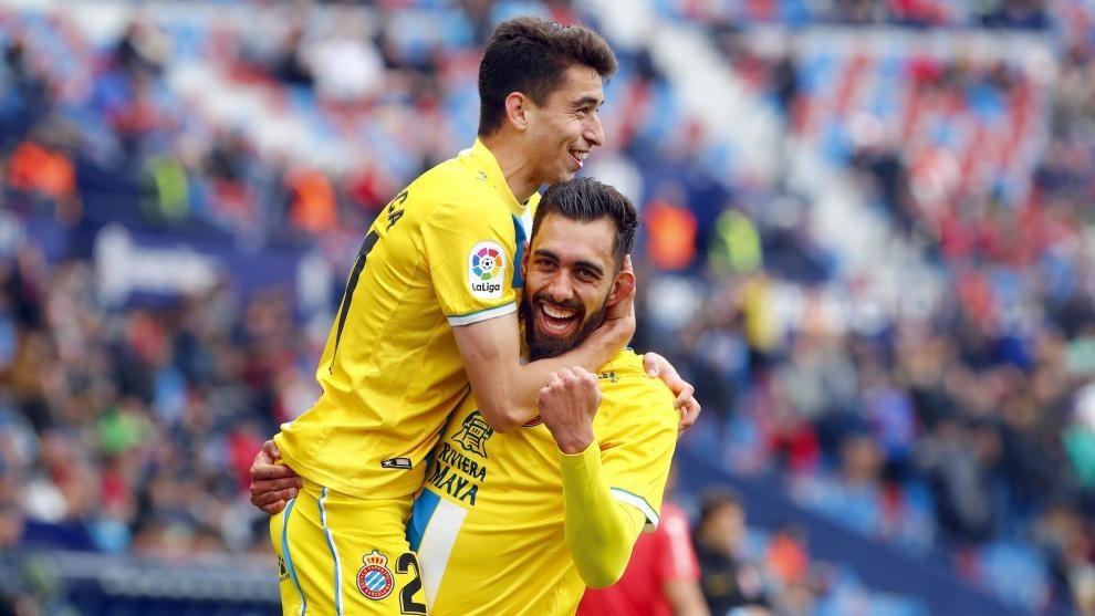 Borja Iglesias y Marc Roca celebran el gol de El Panda en el Ciutat de València.