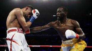 Crawford golpea a Khan.