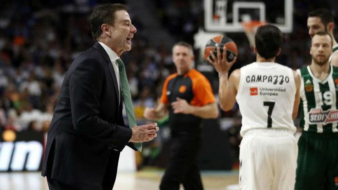 Rick Pitino dirigiendo al Panathinaikos en los 'playoffs' de Euroliga ante el Madrid