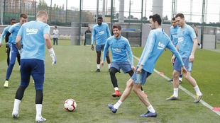 The players take part in a passing session