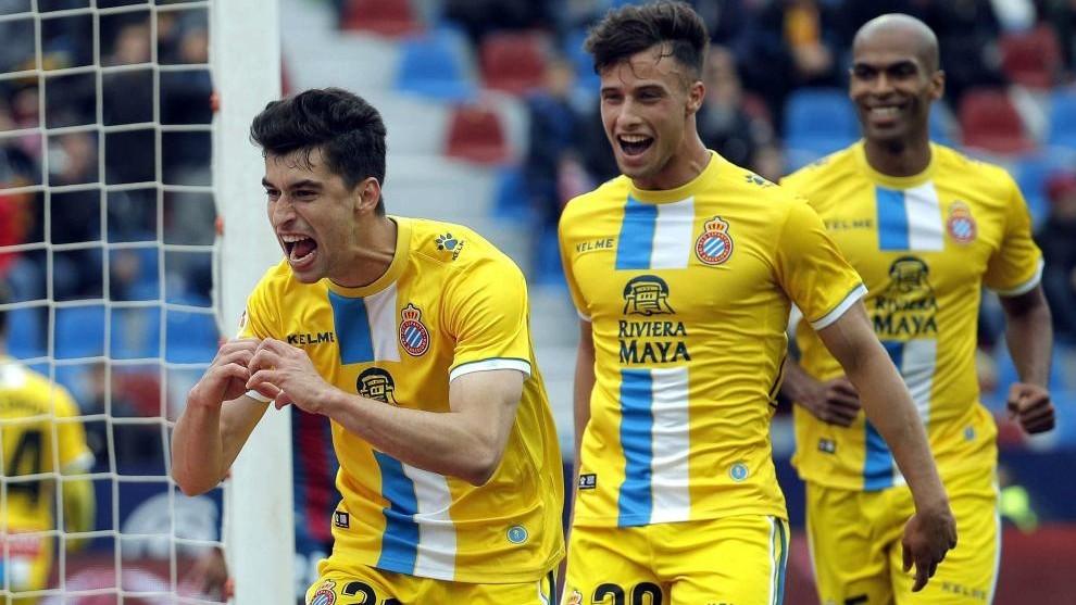Marc Roca, junto a  Pedrosa y Naldo, celebra el tanto conseguido en el...