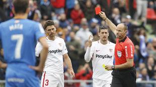 Mateu Lahoz (42) le muestra la tarjeta roja al sevillista Sergio...