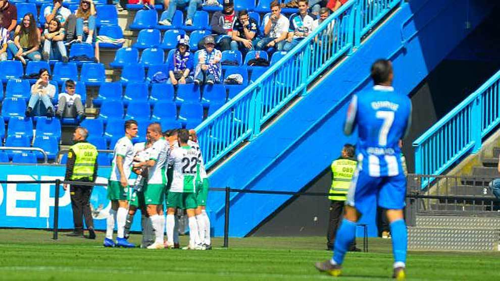 Los jugadores del Extremadura celebran su primer gol en Riazor
