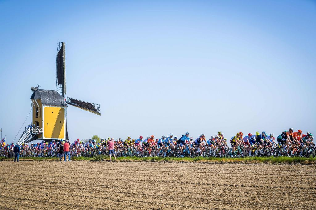 TOPSHOT - The peleton rides past a windmill during the <HIT>Amstel</HIT> Gold Cycling Race in Maastricht, Netherlands on April 21, 2019. (Photo by Marcel van Hoorn / ANP / AFP) / Netherlands OUT
