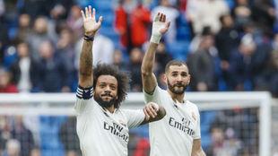 Marcelo y Benzema saludan a la grada al final del partido.