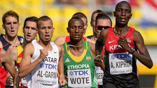 Asbel Kiprop, a la derecha, en carrera