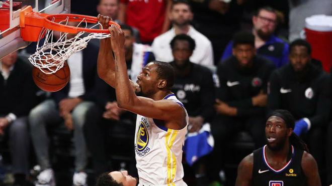 Kevin Durant logra un mate durante el cuarto partido de la serie