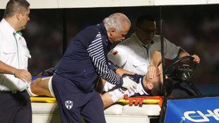 Montes sale en camilla tras ser impactado en el rostro.