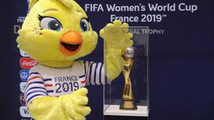 Ettie, mascota del Mundial de Francia 2019, posa con el trofeo de la...