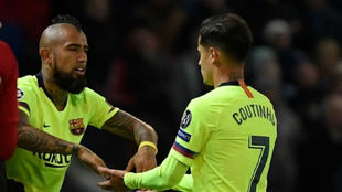 Arturo Vidal and Philippe Coutinho during a match this season.