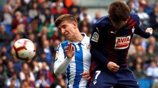 Aihen pelea por un balón con el jugador del Eibar Cardona.