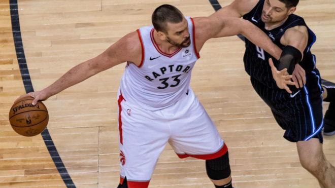 Marc Gasol controla el balón pese a la defensa de Nikola Vucevic