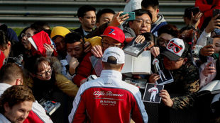 Raikkonen, firmando autógrafos durante el pasado Gran Premio de...