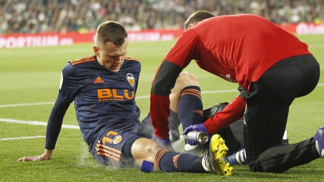 Cheryshev es atendido en el césped del Villamarín tras lesionarse la...