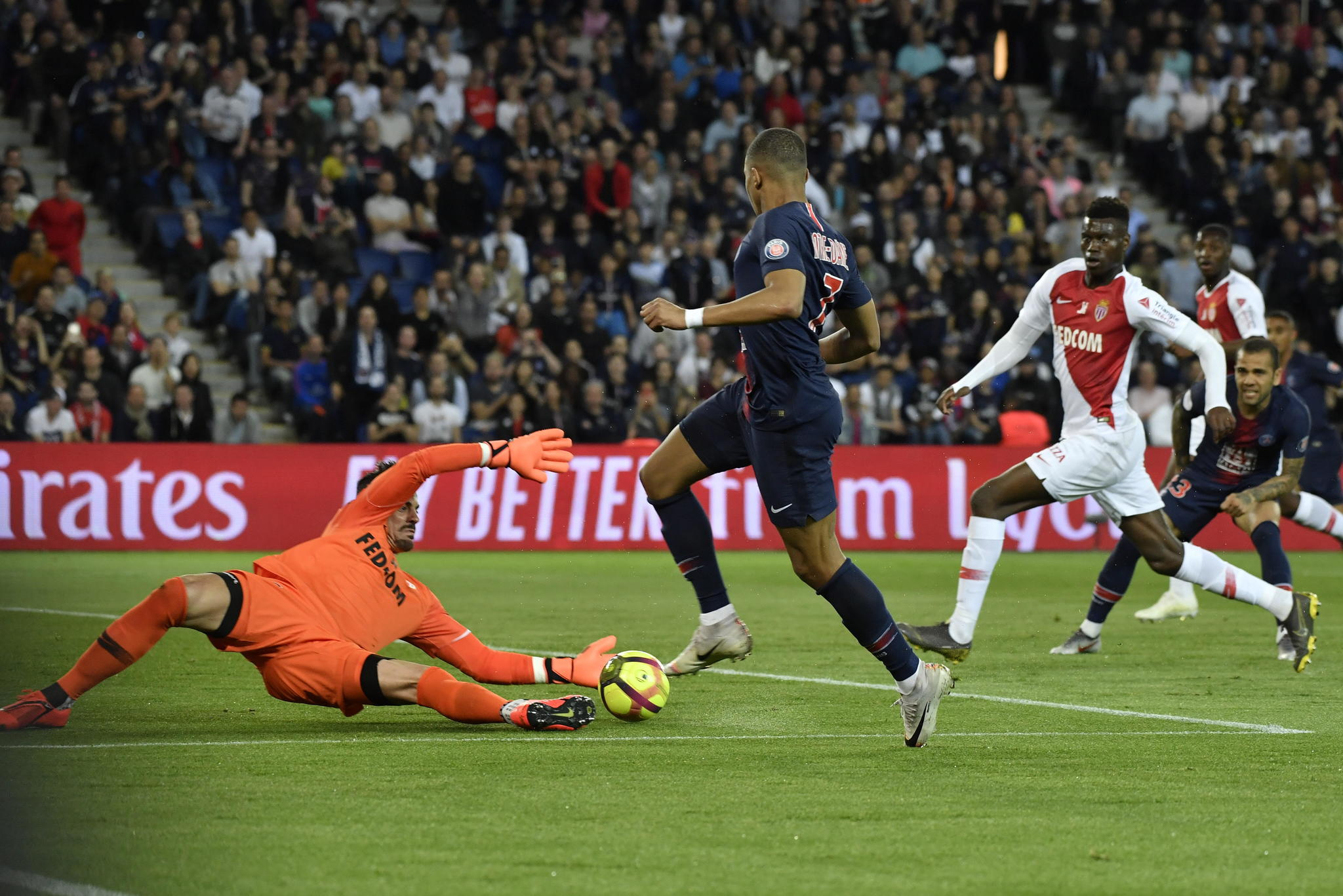 Paris (France), 21/04/2019.- Paris Saint Germains Kylian <HIT>Mbappe</HIT> in action against goalkeeper Diego Benaglio of AS Monaco during the French Ligue 1 soccer match between Paris Saint-Germain (PSG) and AS Monaco at the Parc des Princes stadium in Paris, France, 21 April 2019. (Francia) EFE/EPA/Julien de Rosa
