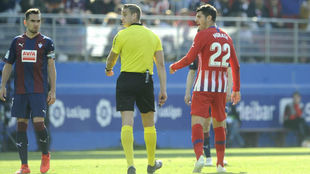 Alberola Rojas, con Morata en el partido contra el Eibar.