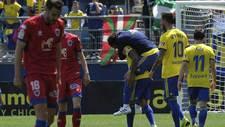 Cara y cruz en los jugadores de Numancia y Cádiz al final del partido...