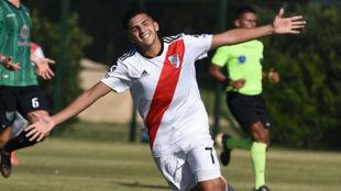 Hernán López, sobrino nieto de Maradona, festeja un gol con River.