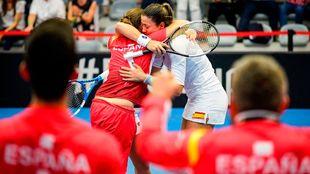Garbiñe Muguruza se abraza con Anabel Medina después del punto...