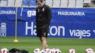Un pensativo Anquela durante un entrenamiento del Oviedo en el...