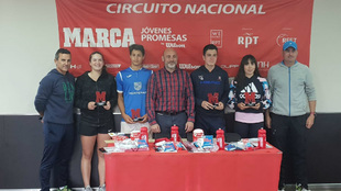 Vencedores, finalistas y organización en la entrega de trofeos en el...