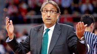 Luis Casimiro, entrenador del Unicaja, gesticula durante un partido de...