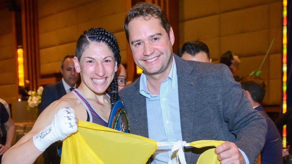 Miriam Gutiérrez junto a Ignacio Vázquez tras un combate.