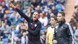 Garitano llama la atención en una acción defensiva en el Bernabéu.