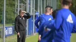 Egea observa a sus jugadores durante su primer entrenamiento en El...