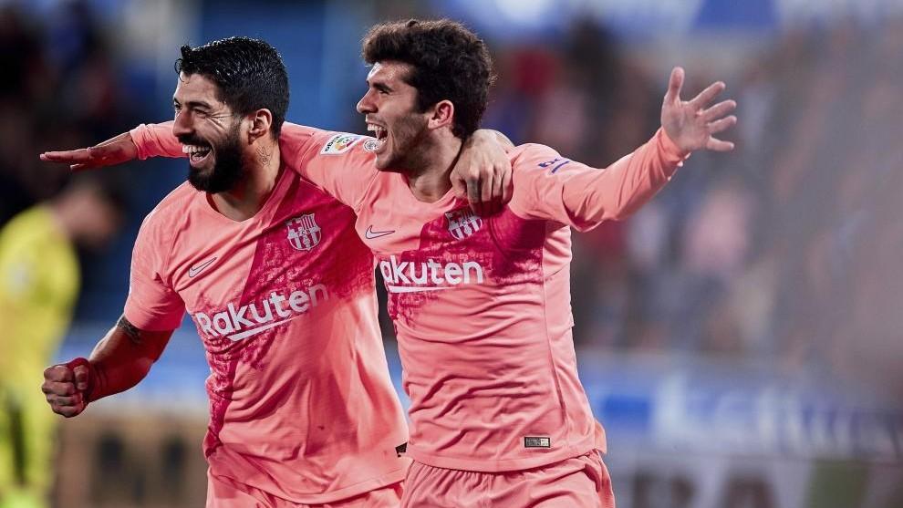Aleñá celebra el gol con Luis Suárez.