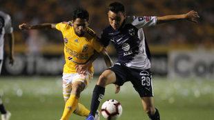 Carlos Rodríguez defiende el esférico.