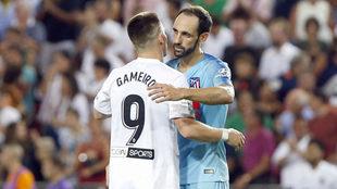 Gameiro se abraza con Juanfran en el partido de Mestalla.