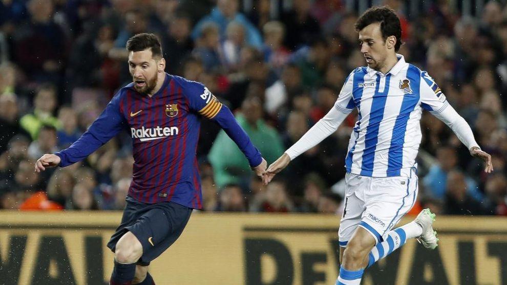 Pardo, en una acción con Messi el pasado sábado en el Camp Nou.