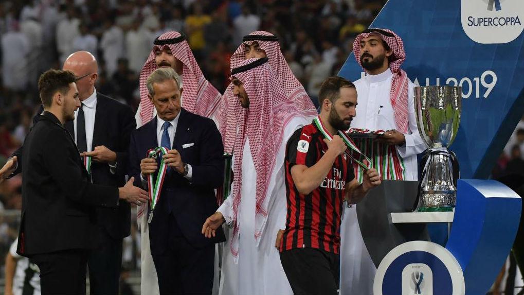 Higuaín, nada más recibir su medalla en la Spercopa italiana...