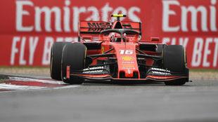 Leclerc, con el Ferrari en China.