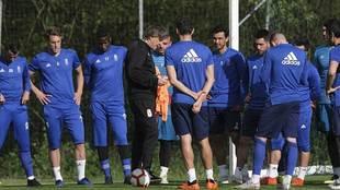 Sergio Egea se dirige a sus jugadores durante su primer entrenamiento...