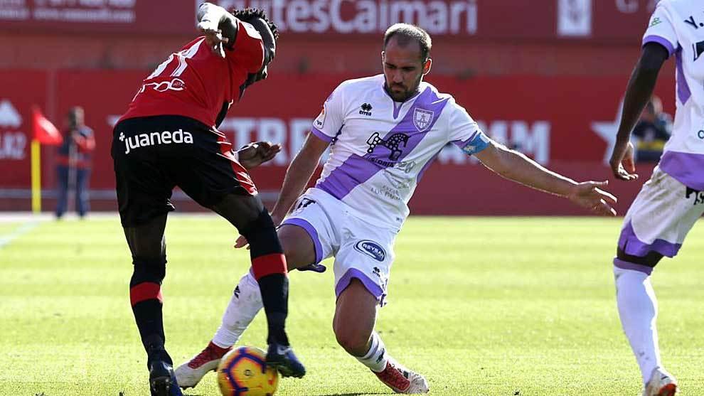 El capitán Unai Medina aprieta a Lago Junior en el partido de Son...