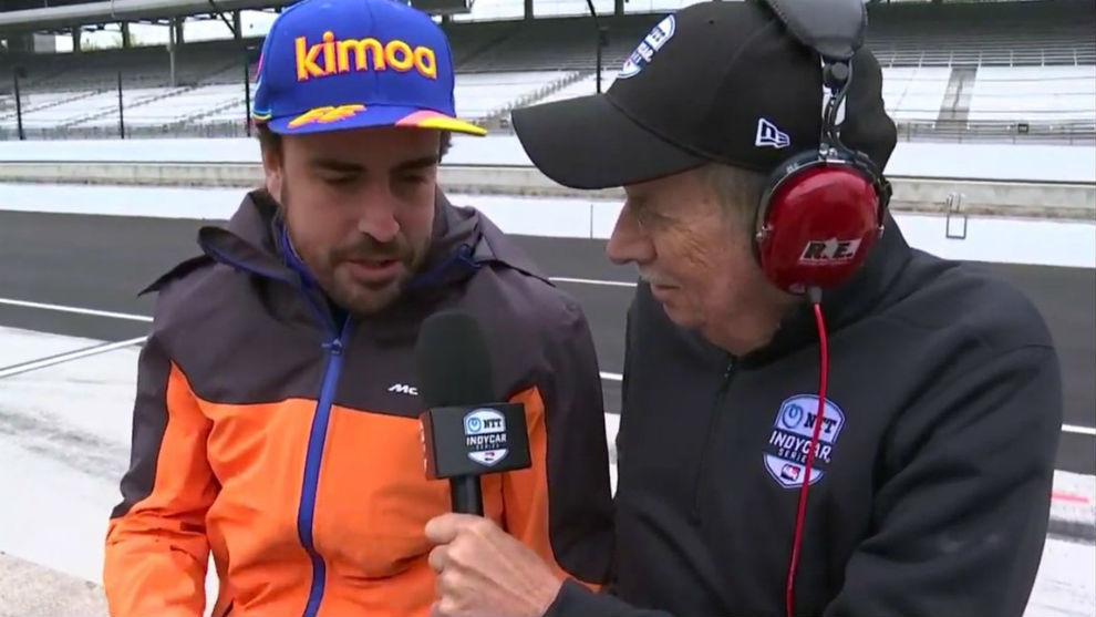 Alonso, atendiendo a la televisión oficial de Indianápolis.