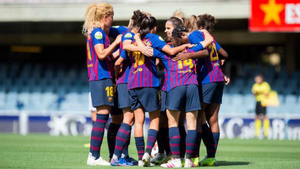 Las jugadoras del Barcelona se abrazan celebrando un gol ante el...