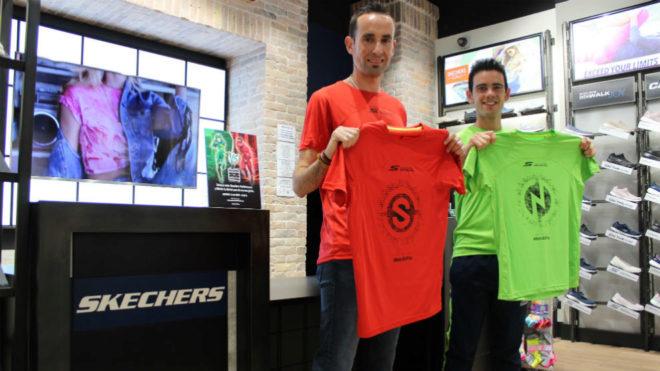 José España y Diego García Carrera, con las camisetas de la carrera