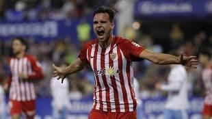 Álvaro Giménez celebra  con toda la rabia del mundo su gol en La...